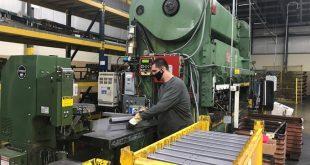 Sản xuất chân bàn làm việc bằng thép tại nhà máy của Tennsco ở Dickson Tennessee Mỹ